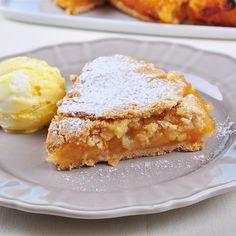 Szarlotkę na ciepło z lodami przyrządzamy na kruchym spodzie, więc ciasto trzeba szybciutko zarabiać i błyskawicznie schłodzić, żeby nie stwardniało. Do jabłkowego nadzienia najlepiej użyć gotowych… Polish Desserts, Cake Recipes, Dessert Recipes, Food Cakes, Apple Pie, French Toast, Spices, Cooking Recipes, Sugar