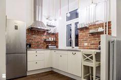 ceglana ściana, białe meble kuchenne, biały hoker