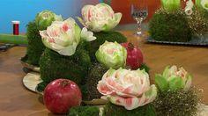 Weihnachten ist die Zeit der Geschenke. Warum nicht auch mal die Gefäße für die festliche Tischdekoration verpacken? Unser Florist Holger Schweizer zeigt wie's geht.