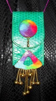 Halssmycke i grön pyton med färgrika detaljer.