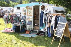 """Coast to Coast Vintage Shop Garden; a closed (enclosed) space unit, the Latin """"Hortus conclusus"""", is really a place that's … Mobile Boutique, Mobile Shop, Clothing Booth Display, Clothing Displays, Kombi Hippie, Caravan Shop, Foodtrucks Ideas, Mobile Fashion Truck, Second Hand Fashion"""