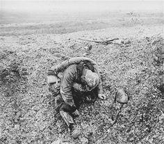 Cadavre d'un soldat français devant Verdun. Source Paris, musée de l'Armée.Droits  (C) Paris - Musée de l'Armée, Dist. RMN - Photo musée de l'Armée