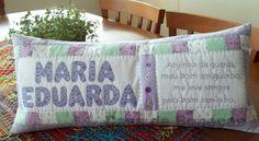 Almofada com oração bordada à mão e nome aplicado