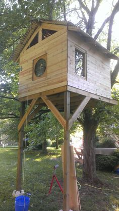 He makes himself a house in a tree for less than 300 € - hut Cubby Houses, Play Houses, Tree House Plans, Outdoor Fun, Outdoor Decor, Cool Tree Houses, Tree House Designs, House Windows, In The Tree