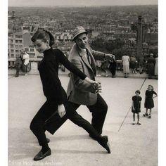 Audrey Hepburn et le réalisateur Stanley Donen en pleine préparation d'une scène pour le film Funny Face devant le Sacré Coeur à Montmartre...