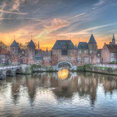 Alweer een prachtige foto van de Koppelpoort! Foto: Herman de Raaf #amersfoort #tijdvooramersfoort #nederland #033 #koppelpoort #keistad by tijdvooramersfoort