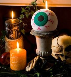 Create a centrepiece for your children's Halloween party by engraving and painting an eyeball candle to make your children laugh and scream at the same . Holidays Halloween, Happy Halloween, Halloween Decorations, Halloween Tricks, Dremel, Washi, Childrens Halloween Party, Deco Originale, Halloween Pictures