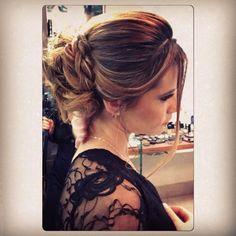Coque despojado e romântico ❤️ Janaina Faria - Maquiagens & Penteados. #instahair #instabeauty #hairdo #hairdobridal #hairofthebride #penteados #equipekakaulopes #noivas #madrinhas #formandas. #casandoembh