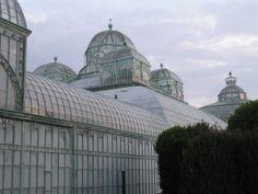 Glas en staal van de Koninklijke Serres van Laken (1874-1887) die staan in een natuurlijk heuvelachtig parklandschap van 14.000 m².