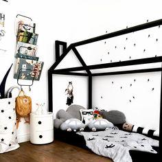 Black & white kids room with house shaped bed frame. Bärdecke, Papierbag, Wandregal, Kissen findet ihr natürlich im JaJu Berlin Shop #bunnyonComponibili