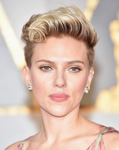 Scarlett Johansson wears white eyeshadow at the 2017 Oscars.