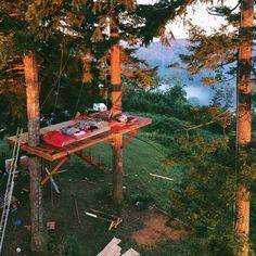 IKKE GÅ I SØVNE!  The burgeoning treehouse paradise of Foster Huntington in the...