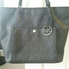 Michael Kors tote Used only once. Perfect condition michael kors bag. Michael Kors Bags Totes