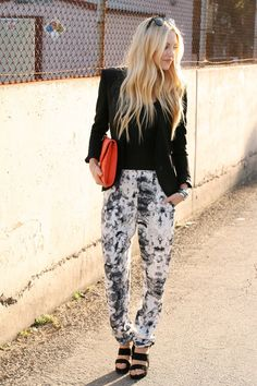 Great pants. Love the touch of red of the bag