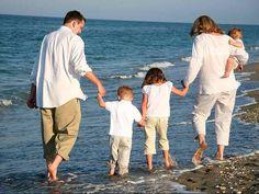 Familie liefde.     We kunnen het zelf niet kiezen.  Maar willen de familie ook niet verliezen.  We kunnen nu niet meer zonder.  Iedere dag is dezelfde als die van morgen.  Familie daar kunnen we niet omheen.  Iedere seconde die telt je verbondenheid met de familie.  De liefde die er ontstaat gaat oneindig ver.  Zijn gevoelens die stromen door je lichaam.  Gaan van kop tot teen niks kan daar iets aan veranderen. Lees verder ......
