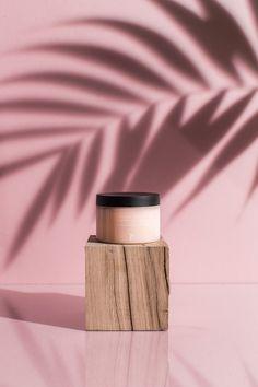 baume + hydratation + corps + soleil + sorbet + apaise + eau de coco + grenade + cosmétique + naturelle + green + beauté + box + design + packaging Apaise et hydrate le corps tout en déposant son doux parfum sucré.