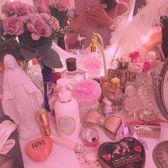 kopankopan5555さんの、机,アンティーク,小物,雑貨,ピンク,姫部屋,外国の女の子,照明,ドレッサー,マリア像,造花,のお部屋写真