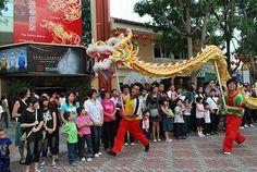 Die chinesische Gemeinschaft feiert das Chinesische Neue Jahr mit Drachen- Löwentänzen und viel Knallerei. Für alle in Malaysia ein Feiertag. --- Chinese New Year, a bank holiday for all in Malaysia.
