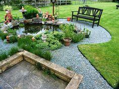 Części ogrodu oddzielone metalową listwą