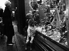 Stockmannin tavaratalon näyteikkuna Aleksanterinkadun ja Keskuskadun kulmassa jouluna 1971. Kari Hakli 1971. Helsingin kaupunginmuseo. Window Shopping, Helsinki, Concert, Beautiful, Concerts