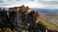 Manastirile din #Meteora, Grecia  23 de poze cu cele mai frumoase biserici si temple din lume.  Vezi mai multe poze pe www.ghiduri-turistice.info  Sursa : www.travel.nationalgeographic.com/