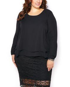 Passez du bureau au 5 à 7 en toute élégance avec cette magnifique blouse taille plus! Faite d'un tissu crêpe léger, elle propose une encolure ronde, des manches longues, un ourlet étagé et une insertion en dentelle au dos. Portez-la avec une jupe midi pour une soirée de la période des Fêtes!