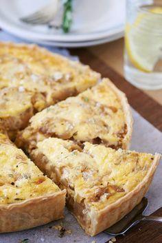 Esta exquisita receta, tarta de choclo, cebolla y queso, es ideal para compartir a la hora de tu almuerzo. Muy fácil de preparar.