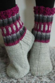 Pieniä keriä pyörii laatikon pohjalla... Miltei ärsyttävää. Pakko kai niistä jotain on keksiä. Näistä tuli nyt ihan täl... Wool Socks, Knitting Socks, Hand Knitting, Knitting Patterns, Colorful Socks, Slipper Socks, Drops Design, Vintage Wool, Knitting Projects