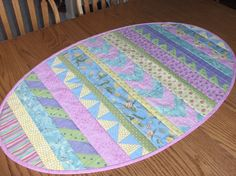 Quilting: Over Easy Easter Egg Table Runner - no pattern, lots of pictures of various runners Table Runner And Placemats, Table Runner Pattern, Quilted Table Runners, Easter Placemats, Easter Table, Easter Eggs, Patchwork Quilting, Small Quilts, Mini Quilts