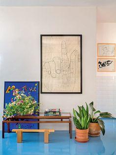 É da mãe do morador, o arquiteto Rodrigo Oliveira, o desenho da mão sobre uma planta baixa.
