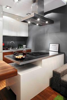 DYSKRETNIE. Długi półwysep (180 cm) wyznacza umowną granicę między strefą kuchenną a wypoczynkową. Od strony kuchni mieszczą się w nim szufl...