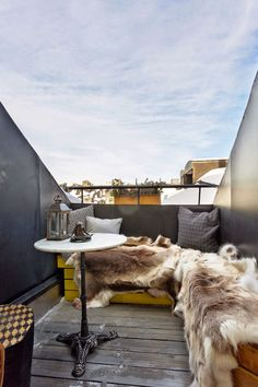 a furry terrace Deco Studio, Cedar Homes, Covered Garden, Apartment Renovation, Interior Decorating, Interior Design, Small Space Gardening, Best Places To Live, Rooftop Terrace