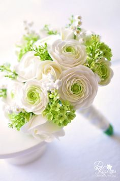 PAIR THIS WITH A BRIGHT BRIDESMAID DRESS FOR A POP OF WHITE OR USE AS A BRIDE'S BOUQUET FOR A PHOTOSHOOT.