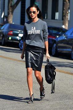 Athleisure: como inserir peças esportivas em seu look. Moletom cinza, saia lápis de couro, sapato preto e branco