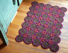 crochet throw rug -- Mom, for when you learn to crochet this is really cool Love Crochet, Knit Crochet, Learn To Crochet, Tapetes Diy, Art Du Fil, Doily Rug, Crochet Home Decor, Throw Rugs, Yarn Crafts