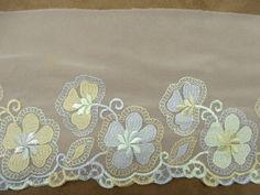 DENTELLE DE CALAIS-  BLANC brodé multicolore   FINE & SOUPLE  taille: 13cm  vendu au metre