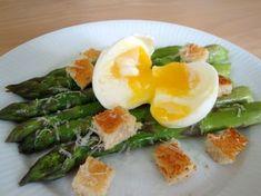 Jeg er ret vild med asparges. Så når sæsonen starter, har jeg altid mange gode ideer til opskrifter med asparges. Denne her ret hører til i den super nemme katagori, og den tager ikke mere end 10 m…
