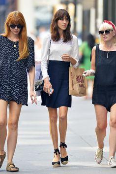 Alexa Chung. La It Girl, con top lencero, falda de lino, alpargatas y bolso de Chanel, paseando por Nueva York.