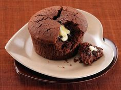Il Tortino Fondente con Cuore di Cioccolato Bianco è un dolce al Cioccolato Fondente caratterizzato da un cuore morbidissimo e cremoso di Cioccolato Bianco. Facile e veloce da realizzare, con davvero pochissimi ingredienti riuscirete ad ottenere questi golosissimi Tortini Fondente con Cuore di Cioccolato Bianco. Biscuits, Pudding, Yummy Food, Breakfast, Sweet, Desserts, Recipes, Cakes, Mamma