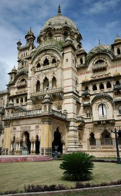 Laxmi Vilas Palace, Vadadora (Baroda) - INDIA.     (by Emmanuel Dyan, via Flickr)