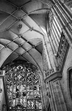 По сравнению с другими крупными городами Центральной Европы Прага менее всех пострадала от разрушений во время  Второй мировой войны. Архитектурное наследие столицы Чехии потеряло три исторические постройки.