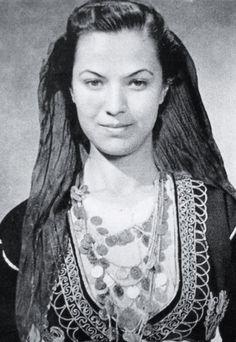 """Από το βιβλίο του Λυκείου των Ελληνιδών Χανίων: """"Ενας αιώνας μιας όμορφης πόλης"""" εχει την φωτογραφία και γράφει """"Η κρητικοπούλα του Λυκείου Ρουμπίνη Νικολακάκη, 'Μόνα Λιζα της Κρητης' την αποκάλεσαν ξένες εφημερίδες"""" Nelly""""s"""