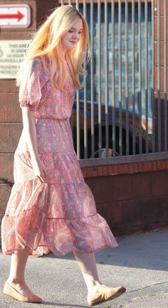 Collection of candid shots of Elle Fanning highlighting her incredible sense of style Tokyo Fashion, India Fashion, Look Fashion, Girl Fashion, Fashion Outfits, Korea Fashion, Dorian Grey, Elle Moda, Shorts Longs
