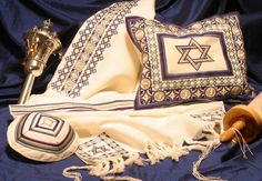 This stunning set is an incredible gift for your Bar Mitzvah boy or wedding. Traditional, yet rich with colour, this set includes a talit, kippah and talit bag.  Colour: Blue  Dimensions: 18 X 70