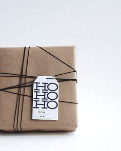 Schlicht + schön: Packpapier, schwarzes Band und weißes hohoho!-Kärtchen. DIY. Gift wrapping.