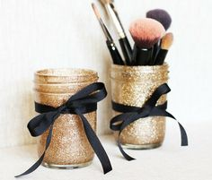 DIY Glitter Mason Jars for make up! or pens or other things you need a glittered mason jar holder for :] Cute Crafts, Crafts To Do, Diy Crafts, Ribbon Crafts, Glitter Mason Jars, Mason Jar Crafts, Do It Yourself Organization, Creation Deco, Diy Décoration