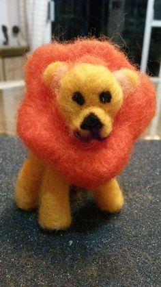 leon en lana de fieltro