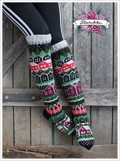 Neuleohje Heinikkilät-kirjoneulesukkiin - Handmade by Heini -verkkokauppa Wool Socks, Knitting Socks, Hand Knitting, Fair Isle Knitting Patterns, Fabric Yarn, Patterned Socks, Designer Socks, Diy Crochet, Womens Slippers