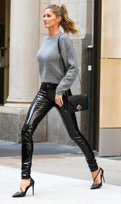 Über model foi fotografada a caminho dos estúdios do programa de Jimmy Fallon, na tarde de quarta (27), e roubou a cena com beleza, estilo e elegância