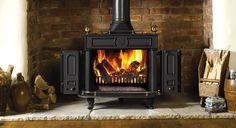 Le poêle à bois Regency de Stovax avec poignée en laiton.   #poêle #bois #traditionnel #fonte #laiton #bûches #noir #feu #flammes #bois #hiver #automne #chauffage #stovax #combustibles #cheminée